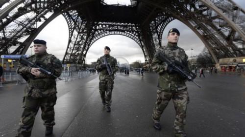 soldados bajo la torre Eifel