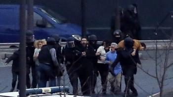 Un oficial de seguridad dirige rehenes en libertad después de que irrumpieron en un mercado kosher para poner fin a una situación de rehenes, París, el viernes, 9 de enero de 2015. Read more: Fears raised Paris attacks could be start of new terror wave | The Times of Israel http://www.timesofisrael.com/fears-raised-paris-attacks-could-be-start-of-new-terror-wave/#ixzz3OaNmLjKs  Follow us: @timesofisrael on Twitter | timesofisrael on Facebook