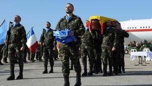 Guardia de honor llevar el féretro cubierto con la bandera las fuerzas de paz españolas, Con el féretro del Cabo Toledo, en el funeral celebrado en el aeropuerto internacional de Beirut, el 29 de enero de 2015. (Foto: Cortesía FPNUL)