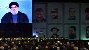 El líder de Hezbollah Sheikh Hassan Nasrallah habla por videoconferencia a sus partidarios durante una ceremonia para conmemorar la muerte de seis combatientes de Hezbolá y un general iraní que murieron en un presunto ataque aéreo israelí en Altos del Golán sirios la semana pasada, en el suburbio sur de Beirut, Líbano, Viernes, 30 de enero de 2015. (Foto: AP Photo / Bilal Hussein)