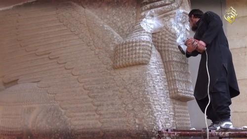 miembro-ISIS-destruye-estatua-Ninive_EDIIMA20150226_0485_5