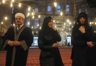 cristina-y-flor-k-en-estambul-vestidas-con-largas-tc3barnicas-negras-como-la-religic3b3n-musulmana-manda-para-las-mujeres1
