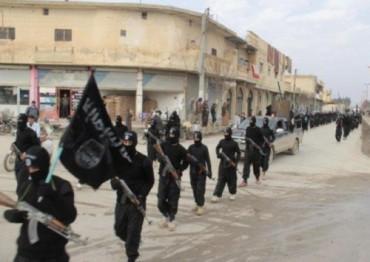 ISIS desfilando por la ciuad de Tal Abyad Siria