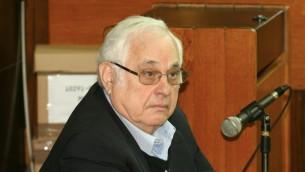 Morris Talansky testifica contra el ex primer ministro, Ehud Olmert, en 2013. (FLASH90)