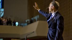 El presidente Barack Obama, que llevaba una kipá judía tradicional, las olas después de hablar en Adas Israel Congregación en Washington, el viernes 22 de mayo de 2015. (Foto AP / Pablo Martinez Monsivais)