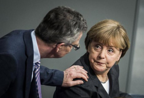 Thomas de Maizière M de Interior y Angela Merkel