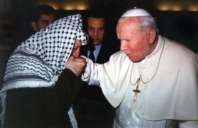 yasser-arafat-kisses-pope-john-paul1