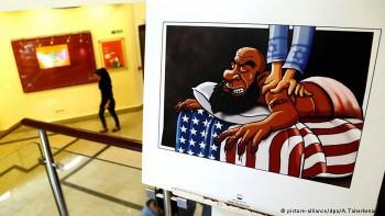 Un combatiente del EI es masajeado por Israel, mientras descansa sobre una bandera estadounidense.
