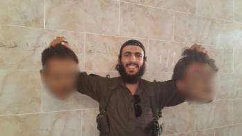 ISIS con dos cabezas en la mano Elomar