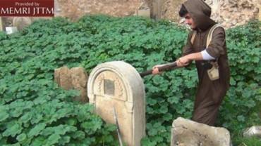 Un ISIS destruye lapidas cristianas