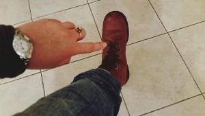 Gill mostrando las botas con las que lucho.