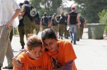 Dos jóvenes israelíes durante la evacuación de Bedolach. (Foto: IDF)