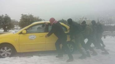 IDF empujando taxi árabe en la nieve