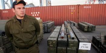 Un oficial de las FDI de pie junto a los cohetes capturados por Israel en un barco cerca de Chipre, 04 de noviembre 2009, que transportaba cientos de toneladas de armas procedentes de Irán con destino a las guerrillas de Hezbolá, el mayor cargamento de armas a Israel jamás ha requisado. (Foto: Portavoz de las FDI / FLASH90)