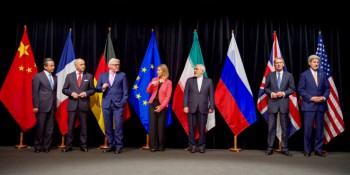 Funcionarios del P5 + 1 países e Irán están en el escenario en el Austria Center de Viena, Austria, el 14 de julio de 2015, después de que las partes alcanzaron el acuerdo nuclear de Irán. (Foto: Departamento de Estado de Estados Unidos)