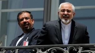 Ministro de Relaciones Exteriores iraní, Mohammad Javad Zarif, derecha, habla con un periodista de un balcón del hotel Palais Coburg, donde las conversaciones nucleares de Irán se están celebrando en Viena, Austria, el viernes 10 de julio de 2015. (Carlos Barria / piscina a través de AP)
