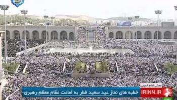 Multitudes en Teherán escuchan el ayatolá Ali Jamenei, el 18 de julio de 2015 (YouTube captura de pantalla)