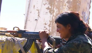 Las mujeres suponen una buena parte de los efectivos de las YPG que están combatiendo al ISIS en el Kurdistán sirio. (Imagen: captura de pantalla de un vídeo de Mirava News).