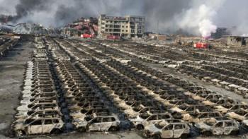 Las explosiones se expandieron por toda la zona industrial del puerto de Tianjin, destruyendo edificios, contenedores de transporte y miles de autos nuevos.