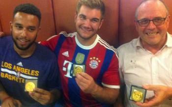 De izquierda a derecha: Anthony Sadler, Alek Skarlatos y Chris Norman sostienen sus medallas mientras están en un restaurante luego de una breve ceremonia en la ciudad de Arras, en el norte de Francia.