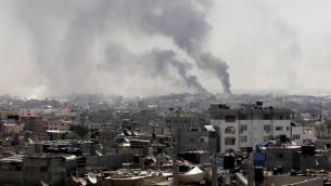Ondulante humo tras un ataque al este de las FDI de Rafah, en el sur de la Franja de Gaza, 1 de agosto de 2014. (AFP / SAID KHATIB / archivo)