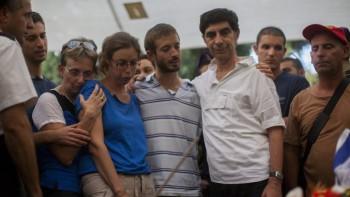 La familia del teniente Hadar Goldin lloran durante su funeral en el cementerio militar en Kfar Saba, el 3 de agosto de 2014. (Yonatan Sindel / Flash90)