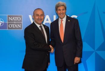 Si me engañas una vez, la culpa es tuya; si me engañas dos, la culpa es mía... El secretario de Estado de EEUU, John Kerry, y el ministro turco de Exteriores, Mevlut Cavusoglu, se saludan antes de un encuentro bilateral durante la cumbre de la OTAN en Newport, Gales, el 4 de septiembre de 2014. (Imagen: Departamento de Estado de EEUU).