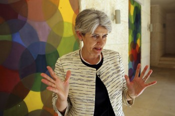 El jefe de la agencia de educación y cultura de la ONU, Irina Bokova, de Bulgaria, en el Foro Mundial de la Juventud, Paz y Seguridad, en Madaba, Jordania, viernes, 21 de agosto de 2015. (AP / Raad Adayleh)