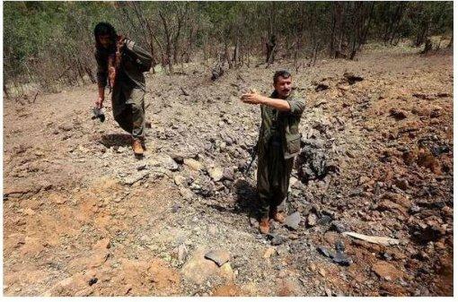 Milicianos-PKK-inspeccionan-cráter-provocado-por-un-bombardeo-turco1