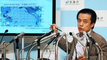 Hasegawa Yohei, jefe del servicio de monitoreo de tsunamis en Japón, durante una conferencia de prensa este jueves. El sismo en Chile generó alertas de tsunami en Japón, California, Hawái y otros puntos del Pacífico.