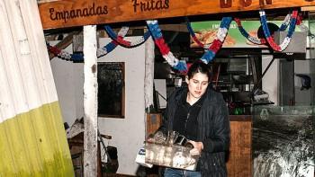 Una joven recupera pertenencias de una tienda en la localidad de Concón.