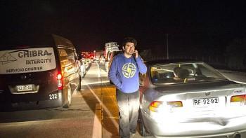 Aguardando noticias en la Carretera Panamericana. Las autoridades ordenaron evacuar a un millón de personas de poblaciones a orillas del Pacífico chileno, que en algunos casos como en la Región de Coquimbo recibieron olas de más de cuatro metros de altura que inundaron zonas residenciales.