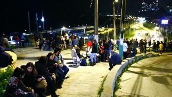 Ante el temor de tsunamis, los habitantes de Valparaíso buscaron refugio en zonas más altas.