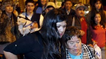 Pobladores en Valparaíso. Bachelet dijo en un nuevo balance el jueves que unas 100.000 familias permanecían sin suministro eléctrico y anunció que el gobierno suspendió las festividades oficiales para la conmemoración de la Independencia.