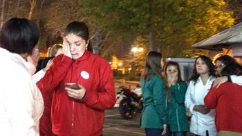La gente también permaneció en las calles en Santiago. El sismo se sintió hasta en Buenos Aires y en Sao Paulo, según declararon testigos a Reuters.