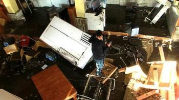 Un hombre inspecciona el interior de su casa en Concón. El terremoto generó olas de hasta cuatro metros que inundaron muchas localidades costeras.