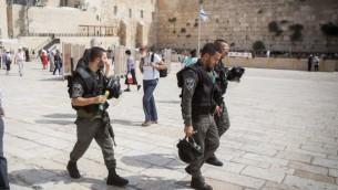Los agentes de policía caminando en la plaza del Muro Occidental en la Ciudad Vieja de Jerusalén el 13 de septiembre de 2015. (Foto por Yonatan Sindel / Flash90)