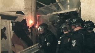 Policía examinan una barricada establecida por los palestinos en el complejo del Monte del Templo, Jerusalén, 13 de septiembre de 2015. (portavoz de la policía)