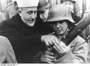 Amin al Husseini con voluntarios bosnios de las SS. Noviembre 1943.