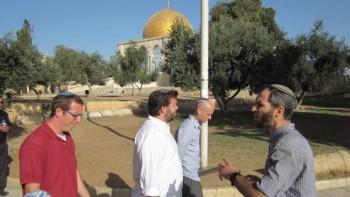Arnón Segal acompaña a un grupo de visitantes judíos en el Monte del Templo, septiembre de 2014 (Michael Naftali página Unterberg Facebook)