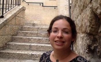 Aviya Fraenkel, un guía voluntario en el Monte del Templo, se encuentra en la Ciudad Vieja de Jerusalén después de una visita al sitio 25 de agosto de 2015 (Elhanan Miller / Times of Israel)