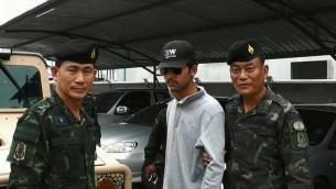La policía tailandesa escoltan a un sospechoso después de que fue detenido el 01 de septiembre 2015 en relación con un ataque con bomba en Bangkok el 17 de agosto (Thairath / AFP)