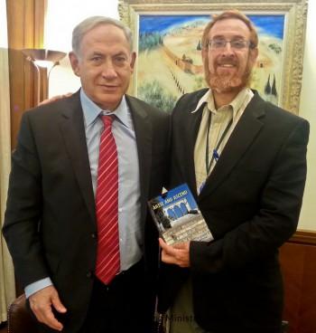 Monte del Templo activista Yehuda Glick entrega el primer ministro, Benjamin Netanyahu, una copia de la guía Levántate y Ascend (cortesía Yehuda Glick)