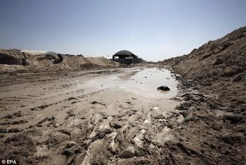 Un charco de agua se ve al lado de una tienda de campaña por encima de la entrada del túnel en Rafah.