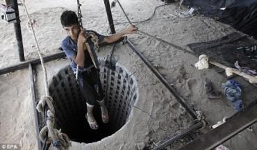 Gazati entrando a un tunel de contrabando