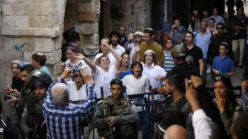 Las fuerzas de seguridad montan guardia como un grupo de la licencia de la juventud judía después de visitar complejo de la mezquita al-Aqsa en la Ciudad Vieja de Jerusalén el 13 de septiembre de 2015. (AFP / AHMAD GHARABLI)