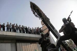 Terroristas de Hamas muestran el cohete de fabricación casera M-75 en un desfile militar. (Wissam Nassar / Flash90)