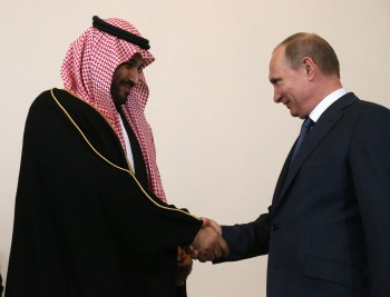 Príncipe Mohammed bin Salman da la mano con el presidente ruso Vladimir Putin. Fotógrafo: Sasha Mordovets / Getty Images