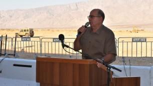 Moshe Yaalon visita la ruta de una valla planeada por la parte sur de la frontera de Israel con Jordania, 6 de septiembre de 2015. (Ariel Harmoni / Ministerio de Defensa)