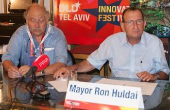 Huldai, a la derecha, durante la rueda de prensa | C.Jordá